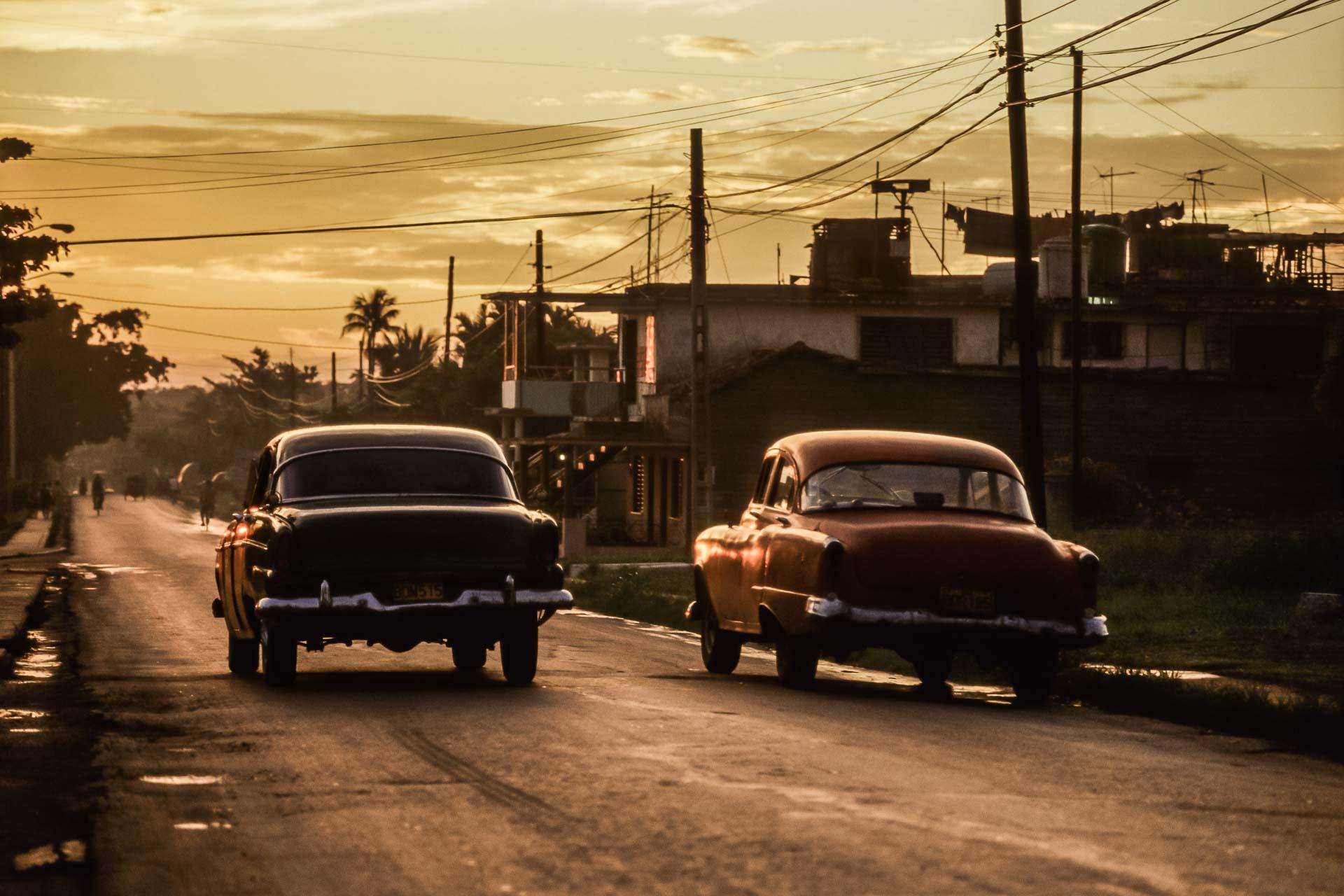Autos im Abendlicht